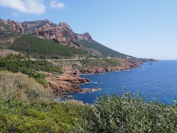 La côte au pied du rocher Saint-Barthélémy et du pic du Cap Roux