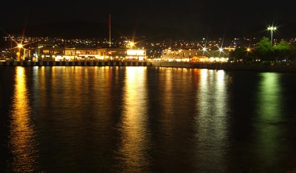 Reflets la nuit dans le port