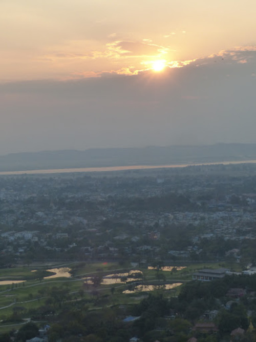 coucher de soleil depuis les hauteurs à Mandalay