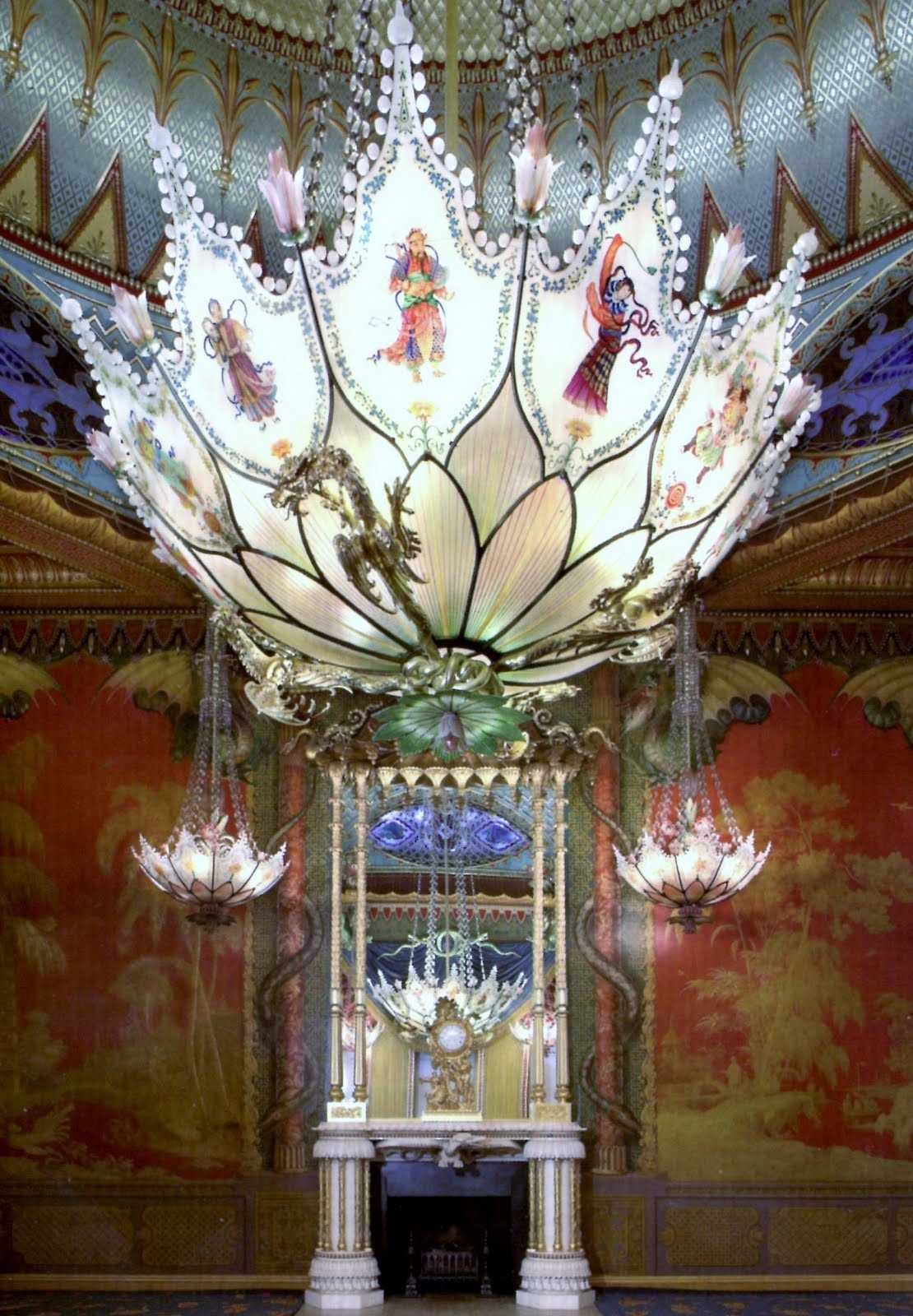 BRIGHTON #2 : The ROYAL PAVILION : la salle de la musique, le lustre, vue de coté