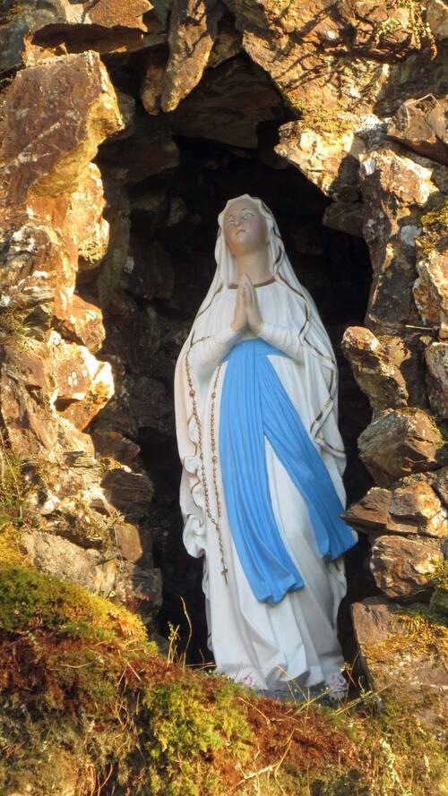 Messe à la grotte rénovée