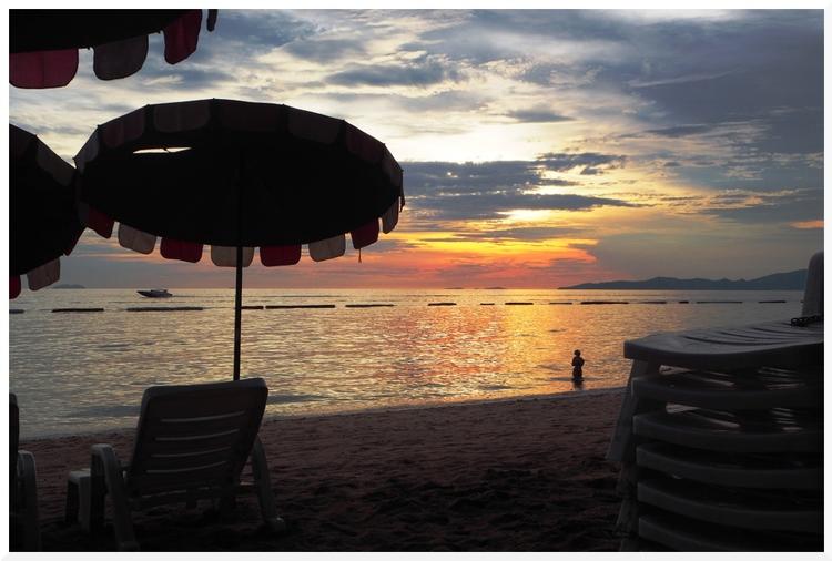 Soleil couchant sur la plage de Jomtien