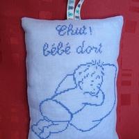 Bébé dort bleu
