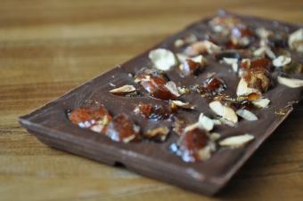 Tablette de chocolat au lait aux pralines