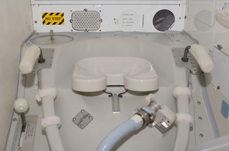 Toilette de la navette Columbia. Image d'une gracieuseté de la NASA.
