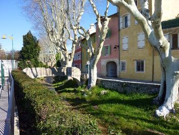 Les maisons sur la rive de l'Issole