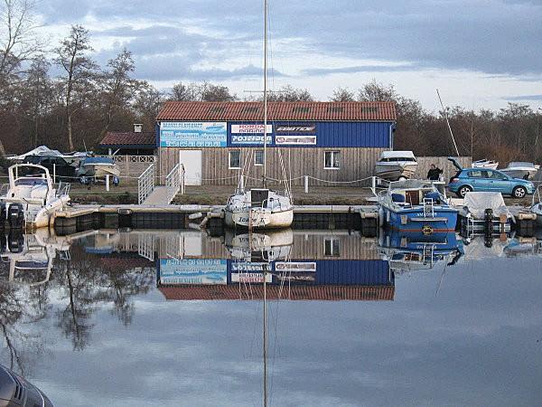 reflets sur le lac de Parentis en Born ( Landes .)