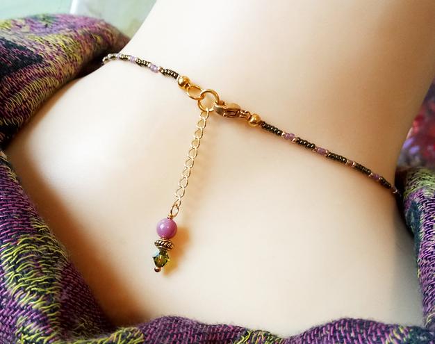 Collier pendentif perle tissée  Mauve / Vert, pierre de phosphosidérite et cristal de Swarovski / Laiton doré