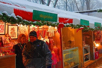ny_columbus_circle_holiday_market_in_the_snow_19_116