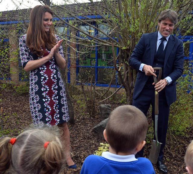 Kate plante un arbre