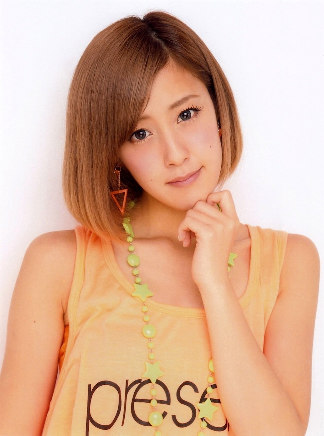 GLOW: Nom du Second Photobook de Natsuyaki Miyabi!