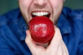 Pomme rouge en bouche