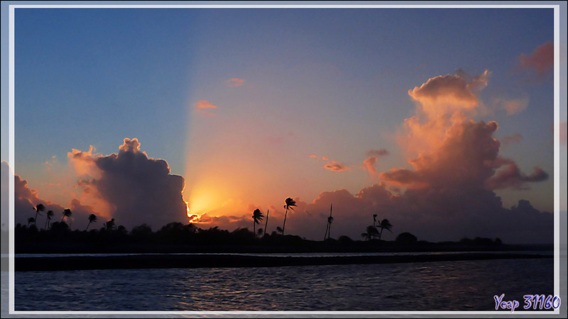 Vues panoramiques à partir du motu Aito au coucher de soleil - Fakarava sud - Polynésie française