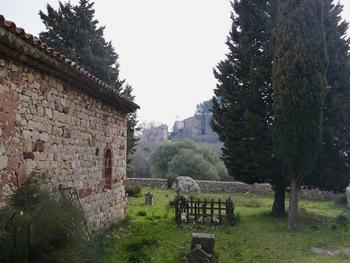 Le vieux cimetière, à l'entrée du village