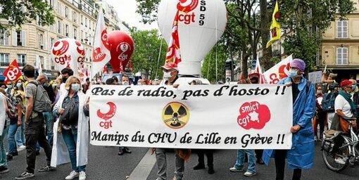Un cortège de manifestants s'est formé à Lille (ci-dessus), Toulouse ou encore Paris et Lyon.