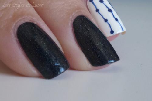 Accent nail bleu et blanc très facile à réaliser