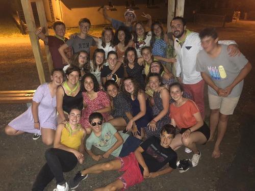 Une belle jeunesse pleine de vie et de gaieté en camp dans le Cantal