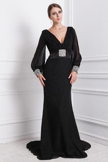 Robe noire avec manche longue décolletée V ornée de bijoux
