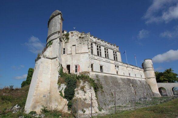 le château de Bouteville en lumière .