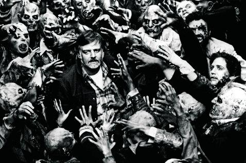 Le realisateur George Romero sur le tournage de son film Le jour des morts vivants 1985.