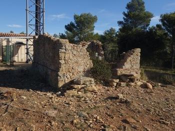 Les ruines de la station du télégraphe devant les équipements modernes.