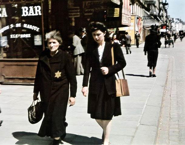 Passants avec l'étoile jaune (obligatoire depuis juin 1942), rue de Rivoli