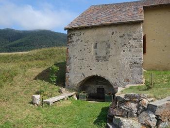La fontaine sur le flanc Ouest de la chapelle