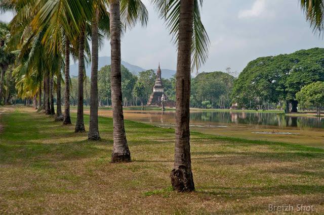 Wat Tra Phang Ngoen, Sukhothai -  Plan général sur fond de montagne à l'est en direction de Tak