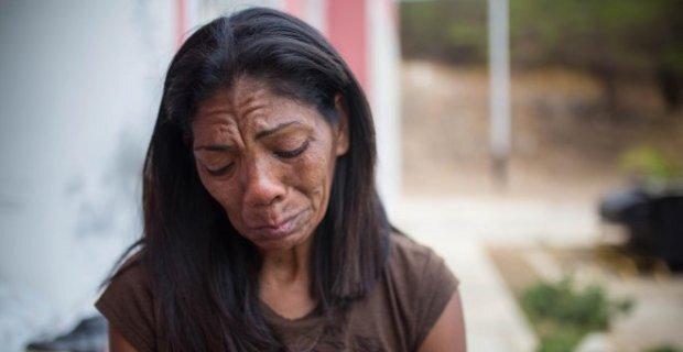 Inés Esparragoza, mère d'Orlando Figuera, le jeune homme poignardé et brûlé vif à Caracas par les manifestants de droite en 2017. JAIRO VARGAS