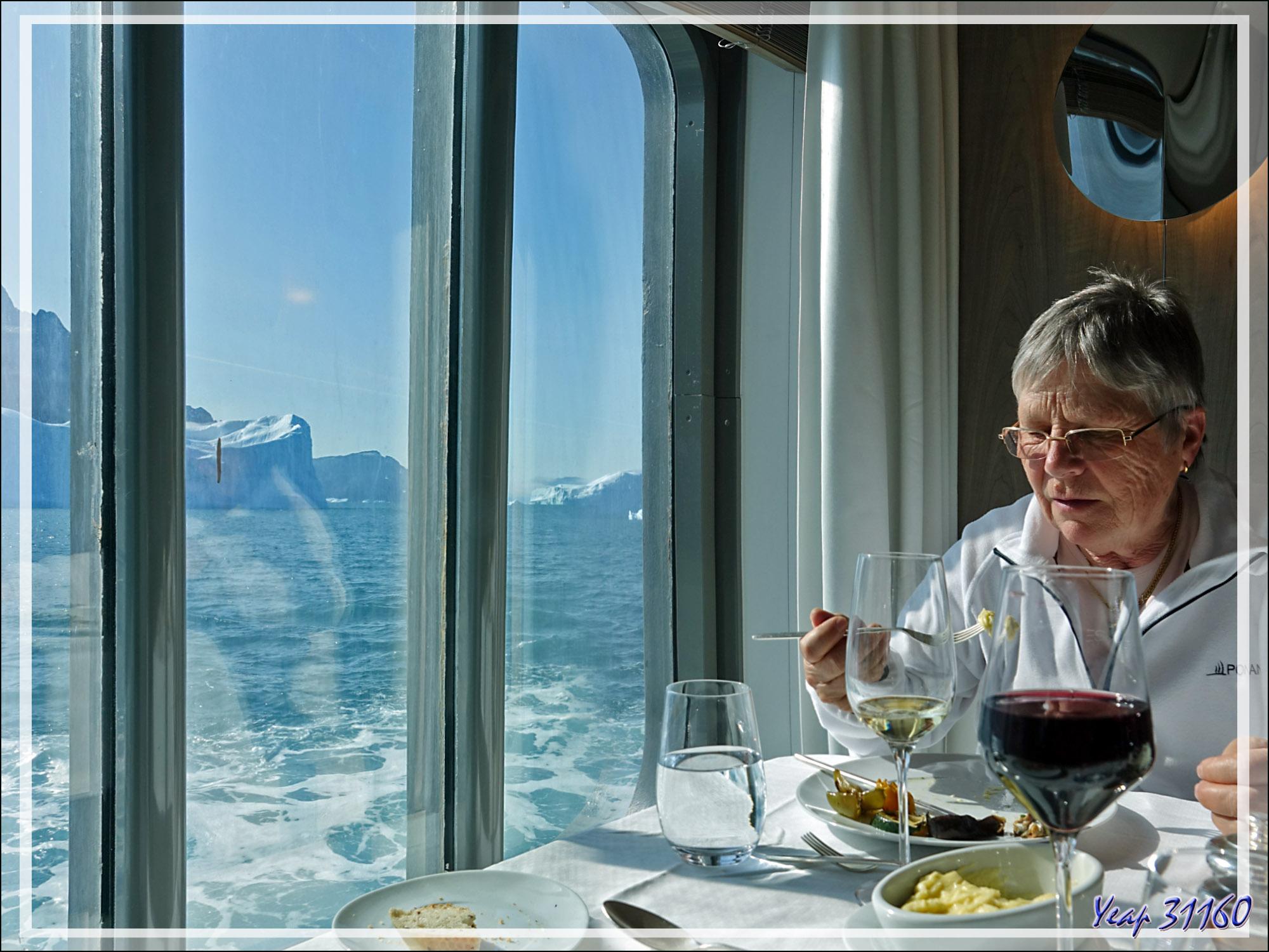 Dès le dernier passager à bord, les Zodiac remontés sur le pont supérieur, le navire reprend sa navigation et, de notre table, nous pouvons admirer le paysage - Karrat Fjord - Groenland