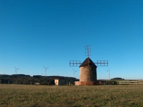 Moulin et éoliennes à ALLY (Haute-Loire)