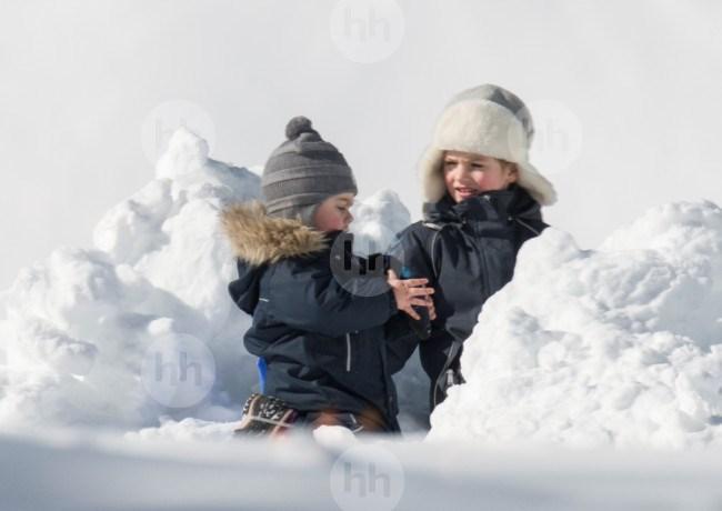 Bonjour....    avec Estelle et Oscar de Suède