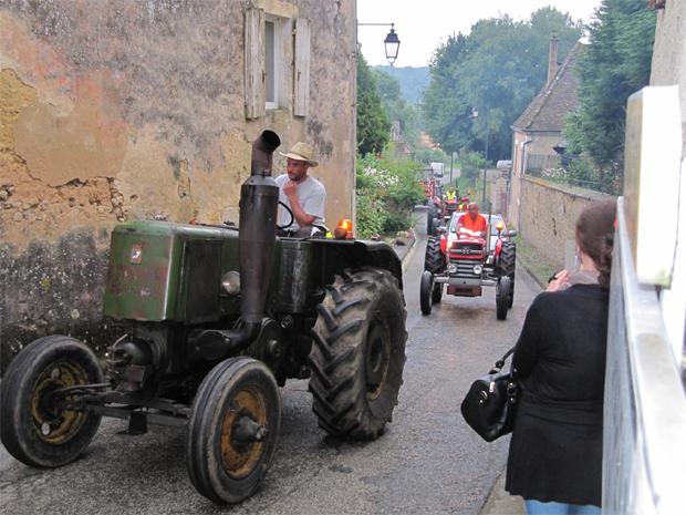 Défilé de tracteurs anciens dans le bourg
