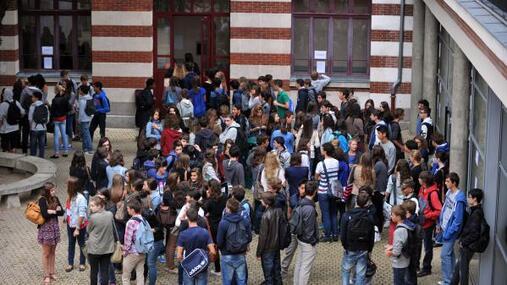 Des élèves dans la cour de leur lycée à Nantes (Loire-Atlantique), le 4 septembre 2012, jour de la rentrée scolaire.
