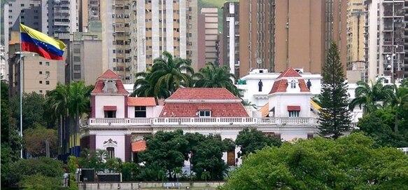 Situé dans le centre ville de Caracas et entouré de jardins, le Palais de Miraflores est l'équivalent de notre Palais de l'Élysée.