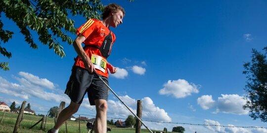 Un athlète malvoyant court un trail de 26 km armé de sa canne et d'un GPS
