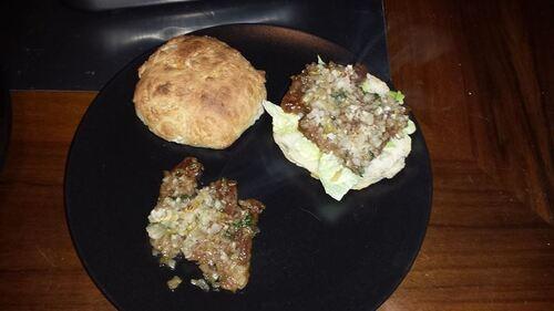 Hamburger de canard laqué aux échalotes avec du pain maison