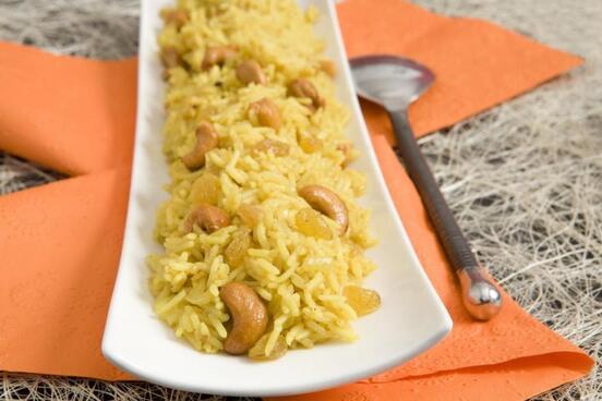 Riz basmati au curry, raisins secs et noix de cajou