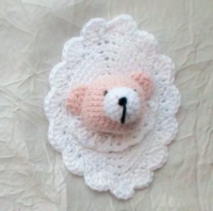 Le portrait de l'ourson Jules au crochet