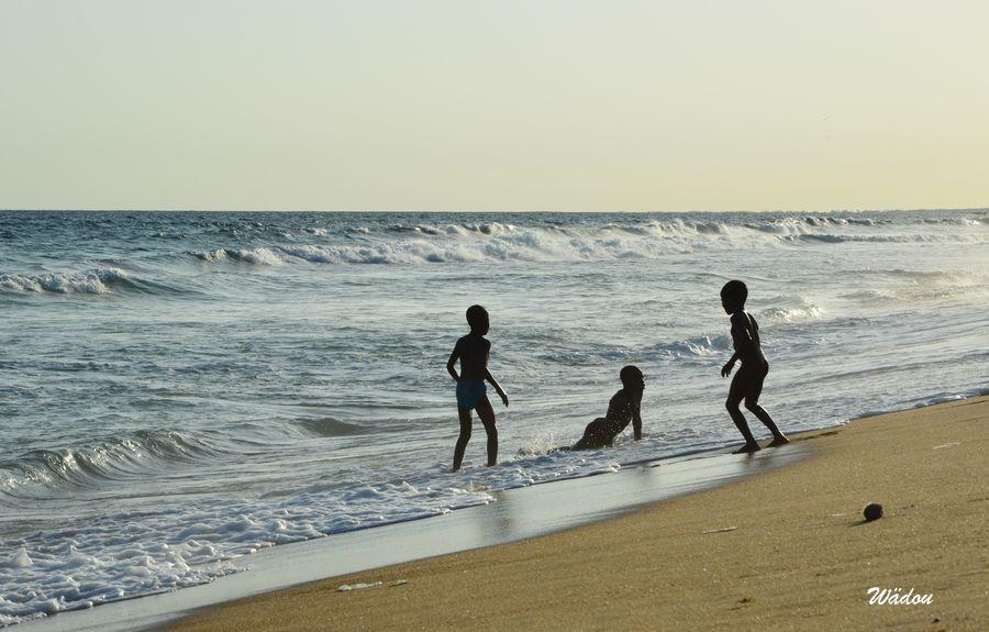 L'Océan Atlantique et coucher de soleil sur la plage à Lomé-Togo