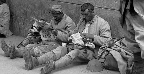 La Grande Guerre expliquée en images. Poilus permissionnaires 1916