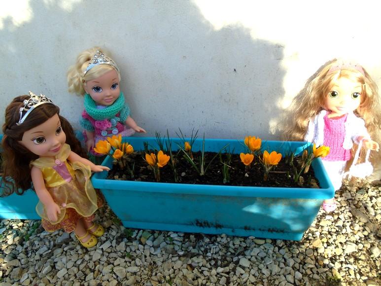 Belle, Raiponce et Cendrillon dans le jardin