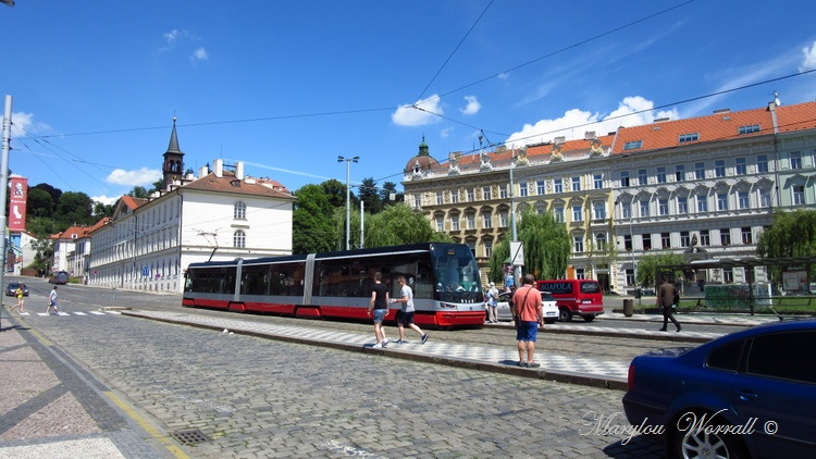 Prague : Tramways, calèches et vieilles voitures.