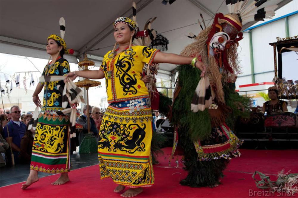Les troupes de danse de la tribu Kutai et de la tribu Dayak ont animé le Pavillon d'Indonésie