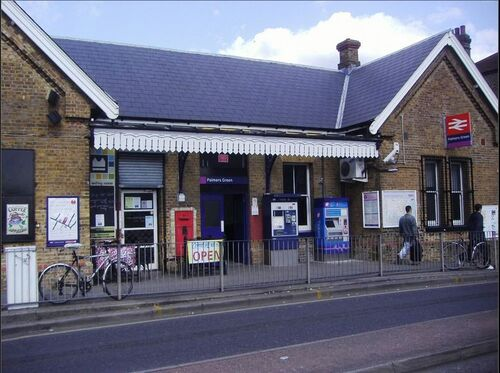 Palmers Green train station