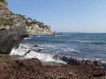 La Pointe du Pignet depuis la plage (au loin , le Grand Ribaud et Porquerolles)