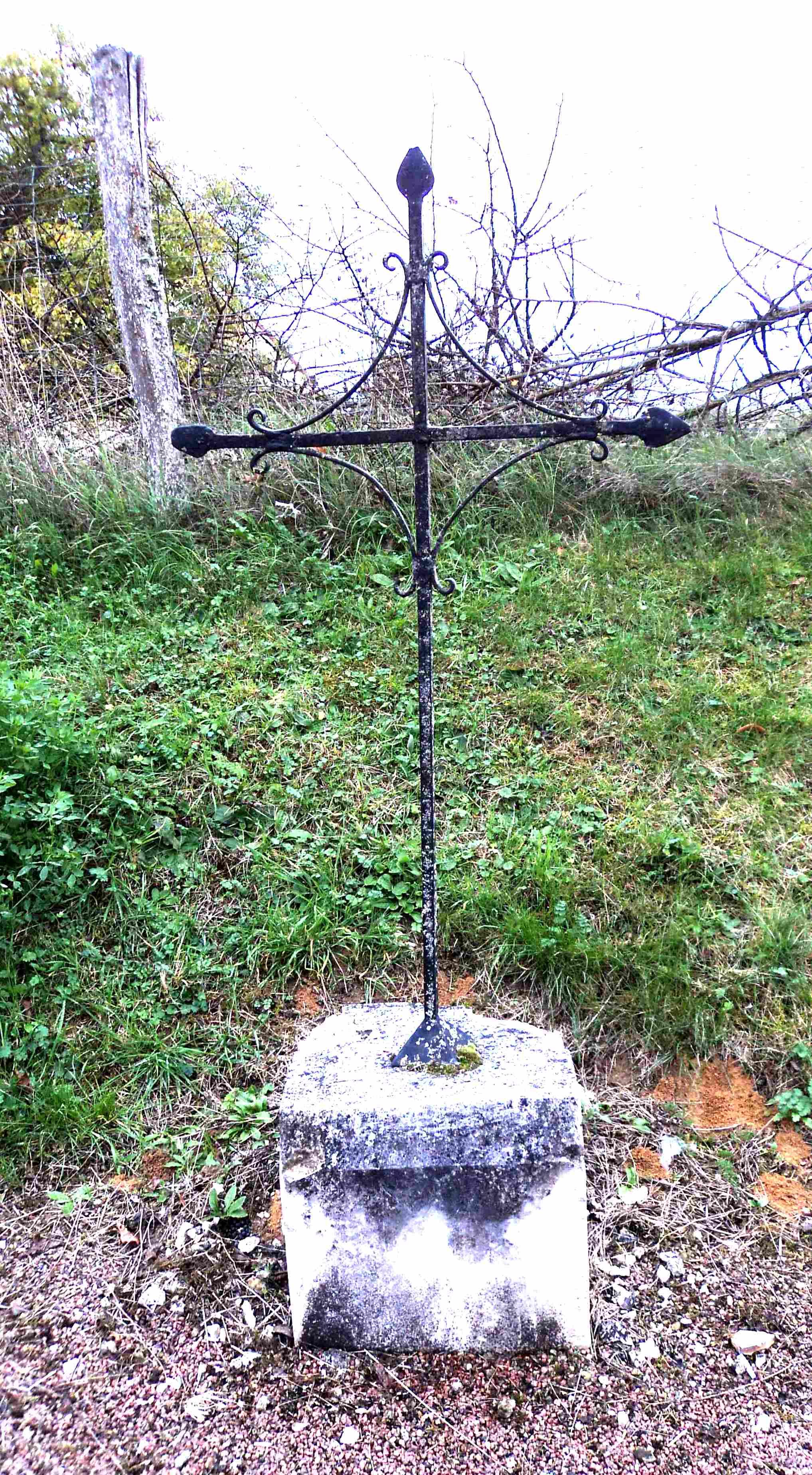 Croix à St Maurice le Viel (89)