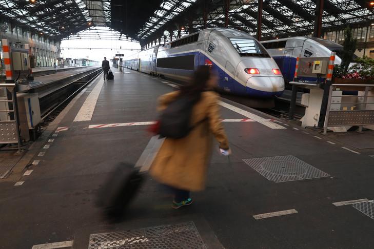 Une passager à la Gare de Lyon le 1er juin 2016, Paris.