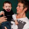 Charlie Bewley pose ave un bébé