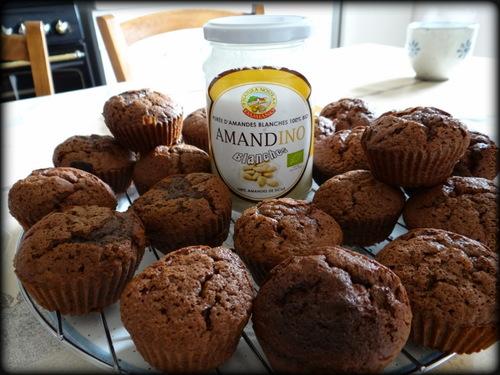Muffins, avec un pot de purée d'amandes en arrière-plan